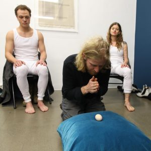 ...dabei haben sich die Männer doch sooooo bemüht! >;e) #performance #sophiasuessmilch #kokon @galeriekrobathwien @viennaartweek @sophia_suessmilch #krobath #viennaartweek...