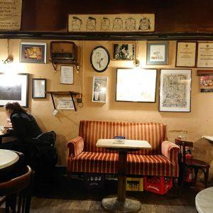 Der Besuch des Café Hawelka ist wie eine Reise in vergangene Zeiten. Man ...