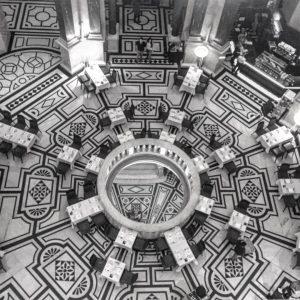 Vienna • NHM inside (November 2019) ——— #vienna #nhm #inside #naturhistorischesmuseum #cityarchitecture #architecture #museum #naturalhistorymuseum #bnw #blackandwhite...