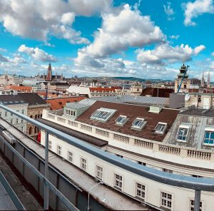 Über den Dächern von Wien überprüft unser Mitarbeiter unseren Funkmasten und kann dabei die herrliche Aussicht genießen....
