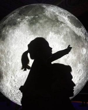 Papà mi prendi la luna per favore? Oggi giornata super interessante e divertente per Matilde alla scoperta...