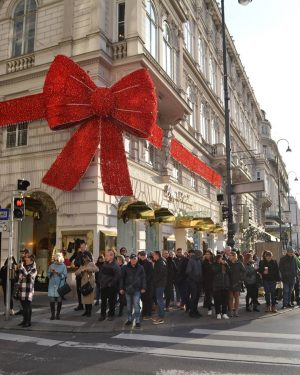 Black Friday's crowd. 🎀 🎄 Have you bought something today? 😊 #blackfriday #kärntnerstrasse #innerestadt #viennanow #viennainnout