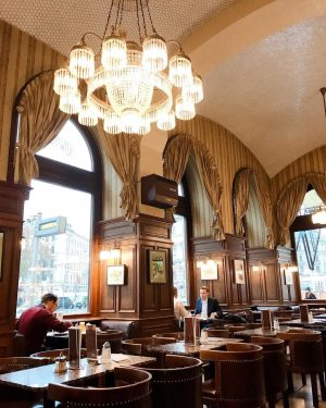 Cafe-hop in Vienna 🇦🇹 Very traditional one which was build in 1861. ウィーンカフェ巡り。平日は7:30am-11:30pmまで空いている老舗カフェ。ウエイターさんは燕尾服を着ていて何だか重々しい空気の中での朝食🥞地元の紳士が集まっていました。物価の高さを痛感したけど、ウィーンのカフェ文化の雰囲気を味わえました。2019 ...