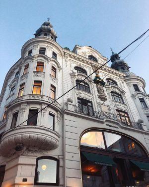 #lights 💡 . . . . #vienna #viennacity #wienliebe #wien #view #city #love #home #touri #lookingup #secret...