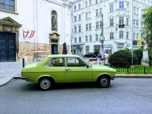 #ingreen ✅ ••• ••• ••• #green #greencar #funnygreen #vienna #streetphotography #walk #walkingonthestreet #car #carslovers