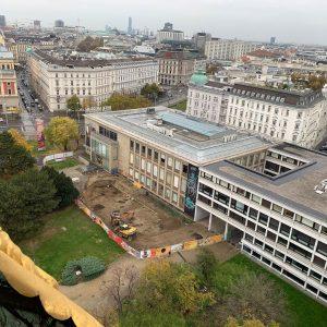 Blick auf die Grabung vor dem Wien Museum. Die Gruben sind vermutlich Reste ...