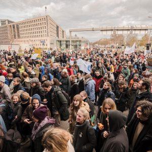 So viele Menschen heute beim vierten weltweiten Klimastreik. 🌻 Raus aus den Fossilen, rein in die Zukunft....