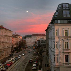 Unser #DramatischerDonnerstag mit diesem tollen Sonnenuntergang über der Alser Straße. 🌇 😊 Aufgenommen von @luisa1000things ⠀ #wirliebenwien...