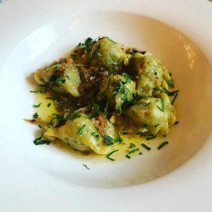 オーストリア、ケルンテン州の郷土料理Kasnudeln(カースヌーデルン)。 具は、チーズと野菜を混ぜたもの。 今日食べたものは肉も入っていました。 中国では水餃子、ロシアではペリメニ、イタリアではラヴィオリ...。 この種の料理は世界共通なんでしょうかね? #kasnudeln #austria🇦🇹 #austrianfood #wien #austriatrip #vienna #vienna_austria #ダイナースクラブのある人生 #dinersclubjp Amacord Cafe