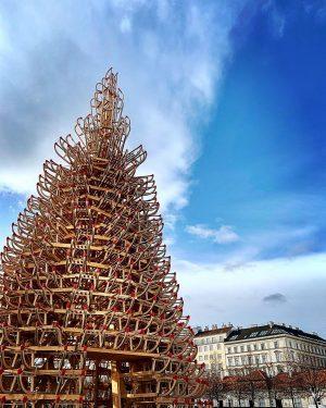 Vienna 🇦🇹 #christmasmarkets #vienna #austria #schlossbelvedere #bratwurst #gluhwein