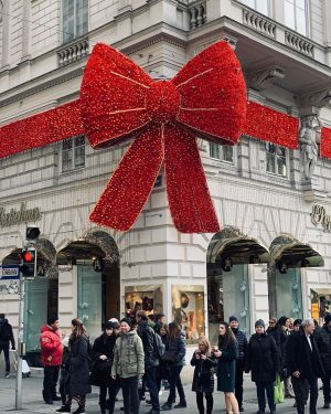 Christmas in Vienna 😃🎄 #christmas #time #in #vienna #design #photography #present #bow #people #enjoy #good #life #goodvibes...