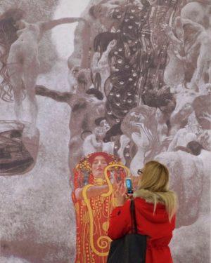 #peoplematchingartworks #gustavklimt #leopoldmuseum #vienna #photography #stefandraschan #contemporaryart #gesamtkunstwerk