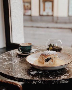 Gemütlich mit Kaffee und Buchtel 😍 in den Donnerstag starten und den Weihnachtstrubel sicher vom Fenster aus...