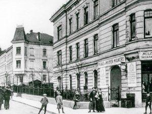 (1910/ÖNB/Wiki) Die Satzberggasse ist nach dem angrenzenden Satzberg benannt. Vor 1894 hieß die Gasse Schmiedgasse. Der Satzberg,...