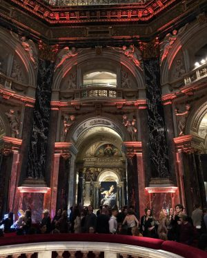 Night at the Museum! Afterwork drinks at the Museum of Fine Arts with the crew #kunstschatzi #viennalife...
