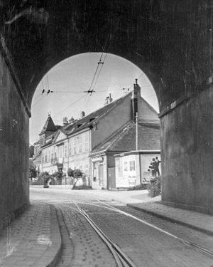 (1930/ÖNB/Wiki) Durchblick durch das Südbahnviadukt Hetzendorferstraße. Hetzendorf wurde 1156 erstmals urkundlich unter dem Namen Hercendorf erwähnt. Da...