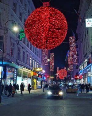 Ich liebe die Weihnachtsbeleuchtung auf der Rotenturmstraße ♥️🔴♥️ . . . #weihnachtsbeleuchtung #weihnachten #christmas #christmasdecorations #rotenturmstrasse #wien...