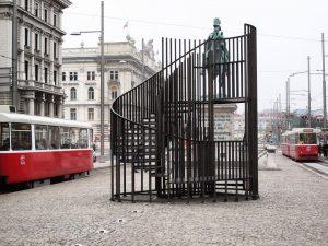 Bartholomäus Kinner/Samuel Seger, Verordnung, 2019, Treppenskulptur am Schwarzenbergplatz vor dem Schwarzenbergdenkmal, vorübergehend ist der Zutritt verboten! Wir...