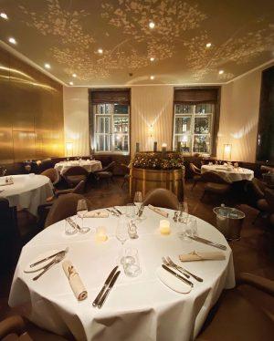 Das Interior unseres Restaurants ist ganz in Naturtönen und Gold gehalten und wir finden, es passt einfach...