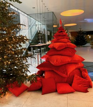What a lovely idea - pillows turned xmas trees 🌲❤️ Palais Coburg Residenz ...