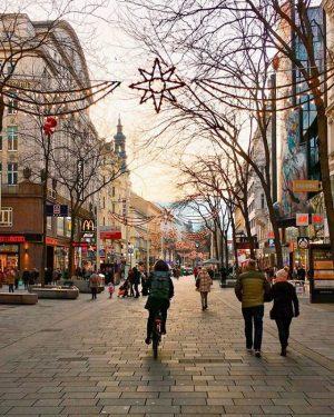 Wir wünschen euch einen tollen Tag liebe #igers! 😀Auch die Mahü besticht zu dieser Zeit mit weihnachtlicher...