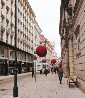 🔴 🔴 🔴 . . . #vienna_austria #wienliebe #wienstagram #ilovevienna #streetsofvienna #rotenturmstraße #walkingdownthestreet #innercity #cityvibes #christmasisroundthecorner