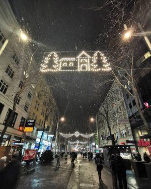 #mariahilferstrasse #wien #schnee #esschneit #schneefall #shopping #advent #heute #Einkaufsstraße #Schneeflocken #Weihnachtsbeleuchtung #vienna #austria #bigcity #bigcitylights #Weihnachtsmarkt #viennabynight