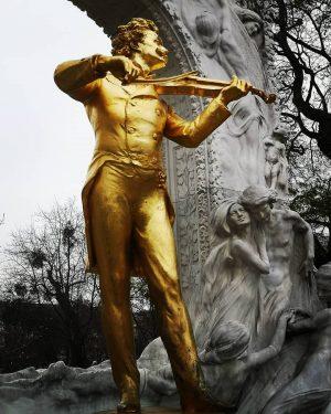 Strauss statue, Vienna #strauss #gold #statue #statuesofinstagram #vienna #Austria #travelphotography #travellingcouple #trustedtales