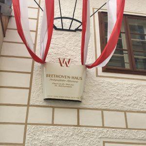 今日、12月16日はベートーヴェンが産まれた日だそうです。 生誕249年目とか。 一昨年行ったウィーン郊外のハイリゲンシュタット。 聴力を失ったベートーヴェンが温泉療養のために住んだ場所として知られ、彼が作曲の拠点とした住居や、弟たちに宛てて悲痛な遺書を綴った家など、ベートーヴェンゆかりのスポットが点在しています。 シュライバー川沿いには、『交響曲第6番・田園』の構想を練ったと伝えられる散歩道が今も残り、名曲をはぐくんだ美しい風景を眺めながら散策するのも楽しいです。 引越し魔だったベートーヴェン。 ハイリゲンシュタットだけでも何軒かありました。 ハイリゲンシュタットは緑が多く ベートーヴェンが田園を作曲した場所でもあります。 日本人がイメージする田園とは少し違ってましたが、緑が多く 瀟洒なお家が多くとても静かで 観光客も全くいなくて落ち着いたいい街でした。 #ハイリゲンシュタット #ウィーン郊外 #オーストリア #ベートーヴェン #田園 #ハイリゲンシュタットの遺書...