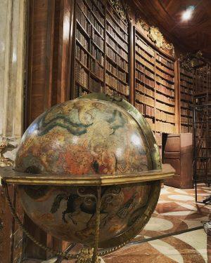 Mi sono sempre immaginato il paradiso come una specie di biblioteca...(cit. Jorge Luis Borges) #österreichnationalbibliothek #iposticheamo #vienna...