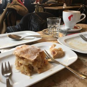 There is always time for #Apfelstrudel #Cafehaus #vienna #latergram with @all_that_travel Cafe Tirolerhof