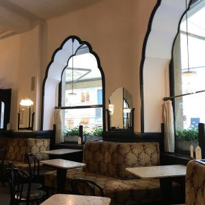 ウィーンに来たらカフェ文化を満喫したい!ということで専門書で推されていたカフェ・ティロラーホフを訪問。日曜日だったからか空いていて静謐。素敵。 カプチーノも自家製チーズケーキも味わい深いとても美味しかった。おススメ。 #wien #vienna #ウィーン #カフェ文化 #ウィーンカフェ #無形文化遺産 #cafetirolerhof Cafe Tirolerhof