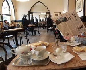 Endlich wieder Kaffeehaus! . . . . . #herrober #eiimglas #buttersemmerl #verlängerter #thonetsessel ...
