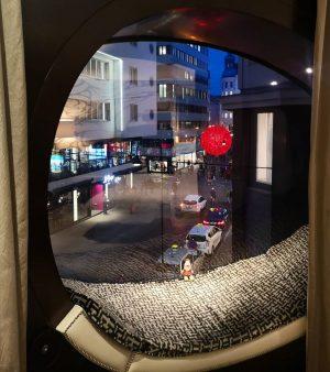 Всегда путешествующий со мной друг Grumpy в причудливом окне с видом на центр Вены. Лежать, наблюдая за...