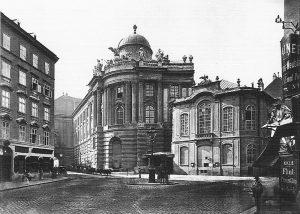 Michaelerplatz, altes Burgtheater 1885|2015. Bis 1888 befand sich das Burgtheater am Michaelerplatz, ehe es zum Ring übersiedelte....