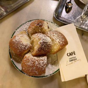 Viyana'ya yolunuz düşerse yine uğramanız gereken salaş bir cafe Ama kahveleri oldukça başarılı.Buranın ...
