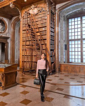 Одна з найкрасивіших бібліотек світу. Більше 7,5 млн. книг, а в головному залі близько 200 тисяч. Österreichische...