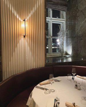 Draußen glitzern die Weihnachtslichter vom Albertinaplatz, drinnen werden exquisite Gerichte aus aller Welt in exklusivem und gemütlichem...