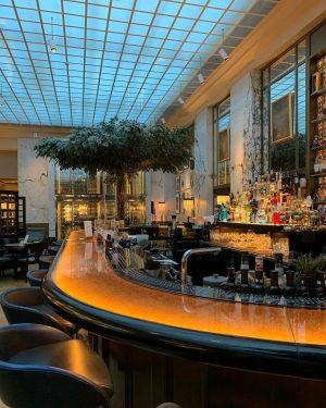 очень красивое место - бар при отеле @thebankbrasseriebar интерьер можно рассматривать часами😍 Park Hyatt Vienna