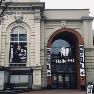 Ab 15.1. bei uns in der Halle E zu Gast! Erste Premiere #schwereknochen #volkstheater #mq #igersvienna Halle...