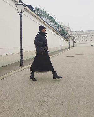 Let's start the new week! #winterinvienna#lovevienna #streetstylevienna #coldmonday#blackmonday#blackismyfavoritecolor#allinblack⚫️#meandmystyle#veryme#womanlikeme#myfashiondiary Albertina Museum