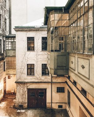 snowy backyards in vienna ❄️ . #loveoftheday #inspirationdaily #designinspiration #architecturephotography #architechture #architectureinterieure #igersvienna ...