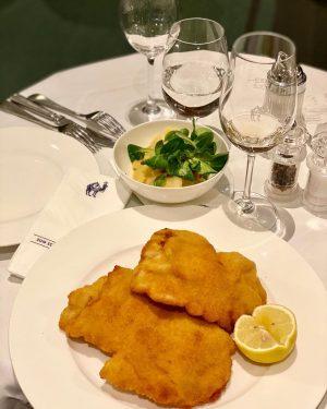 When in Vienna... #jokuti_austria #foodie #wienerschnitzel #zumschwarzenkameel #viennafood #comfortfood #onmyplate #grunerveltliner #wienisst #twitter ...