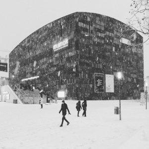 it's snowiiiing❄️❄️❄️☃️☃️#whitevienna #mq#mumok MQ – MuseumsQuartier Wien