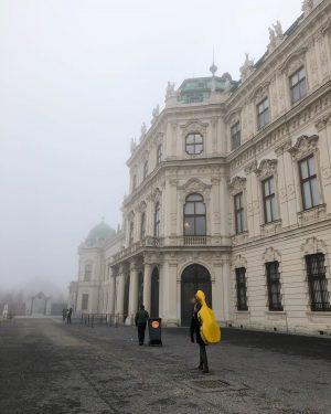 음악의 도시라 그런지 악기 하나 쯤은 패션 아이템 느낌스 🎻🎷🎺🥁 #멋짐폭발 #vienna #moment #wien #artist #trip Belvedere...