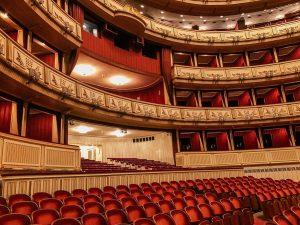 📍維也納歌劇院 在音樂之都的音樂聖殿裡~ 內心各種澎湃啊啊啊😍😍😍 這裡原本是皇家歌劇院 現在是歐洲三大歌劇院之一! 總共有六層樓~有包廂、看台區 可以容納2000多人而且還每一場都爆滿 (不夠有名的歌劇還不可以在這裡演XD) 要來聽的話一定要記得早早到官網買票才有好位子🎫 Wiener Staatsoper