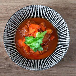 Asiatisches Rindsgulasch in Rotwein geschmort, serviert mit Reis /// CAFÉ LEOPOLD MQ – MuseumsQuartier Wien