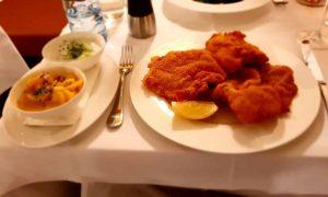 #austria #vienna #währing #bergerundlohn #restaurant #dinner #dinnerfortwo #couple #couplegoals #veal #vealschnitzel #kalbsschnitzel #wienerschnitzel #kartoffelsalat #erdäpfelsalat #delicious #foodlover...