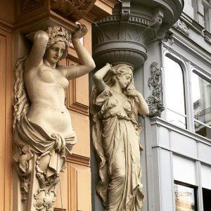 #fassadenkunst #wien #innerestadt #1010 #vienna #österreich #austria / #stein #skulpturen als #kunstvoll angedeutete #säulen