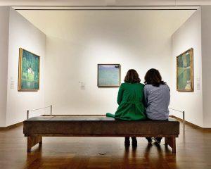 🇦🇹 Was für ein Anblick! 😍 Diese zwei Besucherinnen lassen sich gerade inspieren, undzwar von Gustav Klimt....